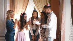 生日女孩做一个愿望并且吹灭在生日蛋糕的蜡烛 股票录像