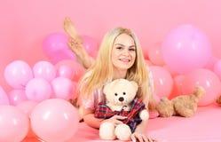 生日女孩概念 逗人喜爱的妇女庆祝与气球的生日 睡衣的女孩,国内衣裳在空气附近放置 免版税库存照片