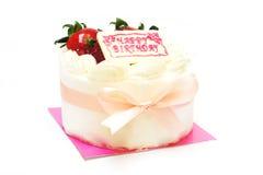 生日奶油蛋糕用在上面的草莓 免版税库存照片