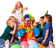 生日小丑儿童` s的关闭耳朵吵闹与小组孩子 免版税库存图片