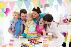 生日开玩笑当事人 与蛋糕的家庭庆祝 免版税图库摄影