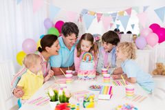 生日开玩笑当事人 与蛋糕的家庭庆祝 库存照片