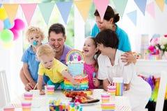 生日开玩笑当事人 与蛋糕的家庭庆祝 库存图片