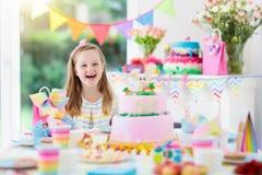生日开玩笑当事人 有蛋糕和礼物的孩子 免版税库存照片