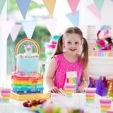 生日开玩笑当事人 有蛋糕的小女孩 免版税库存图片