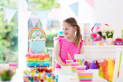 生日开玩笑当事人 有蛋糕的小女孩 图库摄影