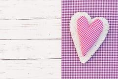 生日快乐与桃红色的贺卡检查了心脏 免版税库存照片
