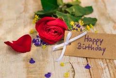 生日快乐与红色玫瑰花的贺卡 库存图片