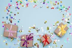 生日快乐和礼物盒在颜色背景 图库摄影