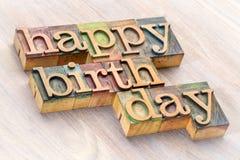 生日快乐在木类型的词摘要 免版税库存照片