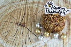生日快乐杏仁在木背景的巧克力蛋糕 免版税库存图片
