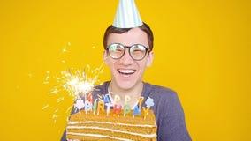 生日快乐概念 有蛋糕的o年轻滑稽的人橙色背景 股票录像