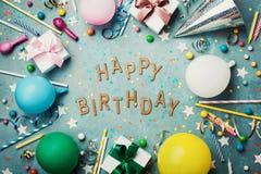 生日快乐背景或贺卡 在绿松石葡萄酒台式视图的五颜六色的欢乐装饰 平的位置样式 免版税库存图片