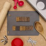 生日快乐-准备做生日蛋糕 免版税库存照片