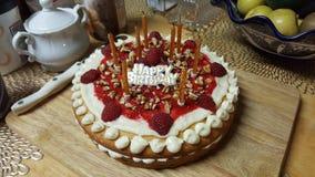 生日快乐-莓蛋糕 库存图片