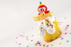 生日愉快小丑的杯形蛋糕 免版税库存图片
