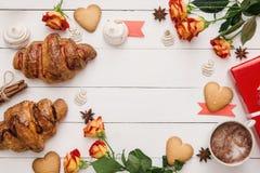 生日或华伦泰` s天木桌用新月形面包,曲奇饼 免版税库存图片