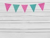 生日或婴儿送礼会大模型场面 桃红色和薄菏串加点了织品旗子 在当事人丝绸二白色的香槟装饰装饰空的玻璃 老白色木 免版税库存图片