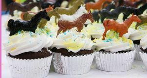 生日杯形蛋糕装饰了马 免版税库存图片