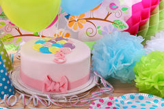生日桃红色蛋糕和气球在党或招待会 库存图片