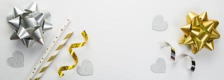 生日概念-在白色背景的银和金装饰 免版税库存照片