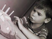 生日男孩他做的愿望 库存图片