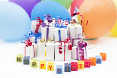 生日礼物和气球 免版税库存图片