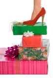 生日礼物行程堆红色鞋子妇女 免版税库存照片