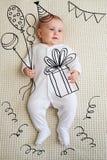 生日聚会剪影的可爱的女婴 免版税库存图片