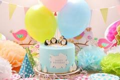 生日聚会和蓝色蛋糕与企鹅 免版税库存图片
