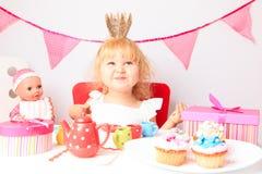 生日聚会的愉快的逗人喜爱的小女孩 库存照片