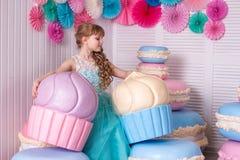 生日聚会的美丽的小女孩 免版税库存图片