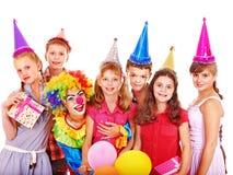生日聚会组青少年与小丑。 库存图片