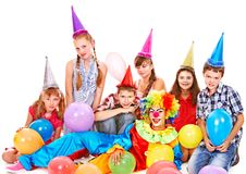 生日聚会组青少年与小丑。 免版税库存照片