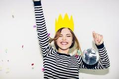 生日聚会,新年狂欢节 白色背景的年轻微笑的妇女庆祝brightful事件的,佩带剥离 免版税库存图片