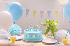 生日蓝色蛋糕和气球在党或招待会 库存图片