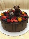 生日蛋糕公牛和羊羔在果树园! 库存图片