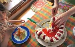 生日蛋糕庆祝逗人喜爱的女孩 库存照片