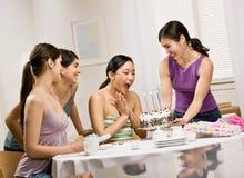 生日蛋糕朋友惊奇的妇女 免版税库存照片