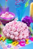 生日蛋糕用桃红色蛋白甜饼和蜡烛 免版税库存照片