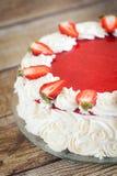 生日蛋糕用草莓和奶油色玫瑰 免版税库存照片