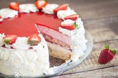 生日蛋糕用草莓和奶油色玫瑰 免版税图库摄影