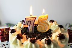 生日蛋糕的概念图象与蜡烛- 75的 免版税库存图片
