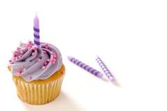 生日蜡烛杯形蛋糕 免版税库存图片