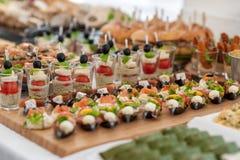 生日表用食物 快餐和开胃菜在表上 鱼和生肉与菜 图库摄影