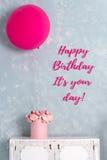生日贺卡礼品兔子 与词的明信片它是您的天 一个大桃红色气球和花箱子 库存图片