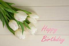 生日贺卡礼品兔子 在木背景的白色郁金香 库存图片