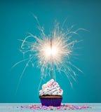生日闪烁发光物杯形蛋糕 免版税图库摄影