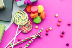生日集合uncluding的贺卡、被包裹的礼物和甜点 免版税库存照片