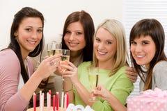 生日香槟愉快的当事人多士妇女 免版税库存图片